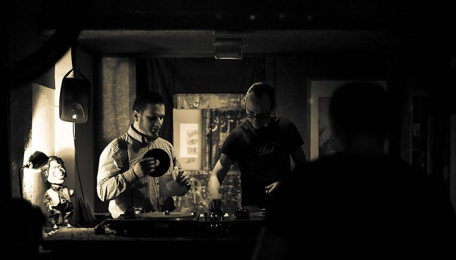 Rockabilly-Abend in einer Leipziger Bar - bei schlechten Lichtverhältnissen lohnt sich die Wahl des mittleren AF-Messfeldes und das Scharfstellen auf kontrastreiche Motive.