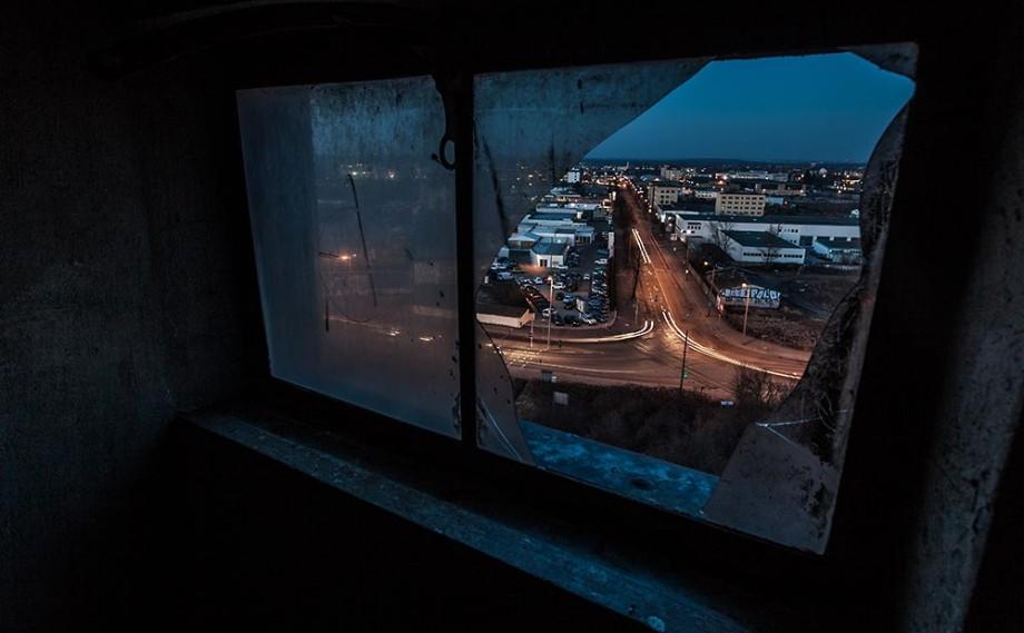In diesem Foto verschwimmen die Scheinwerfer der Autos dank einer ausreichend Langen Belichtungszeit. Die Kamera stand fest auf einem Stativ und wurde mit einem Funk-Fernauslöser betätigt.