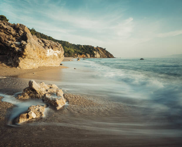 Hohe Schärfentiefe dank Fokus auf hyperfokaler Distanz - Beispiel Strandlandschaft Griechenland